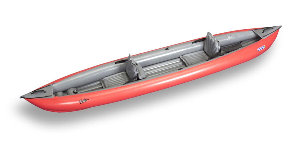 kayak rouge sur fond blanc