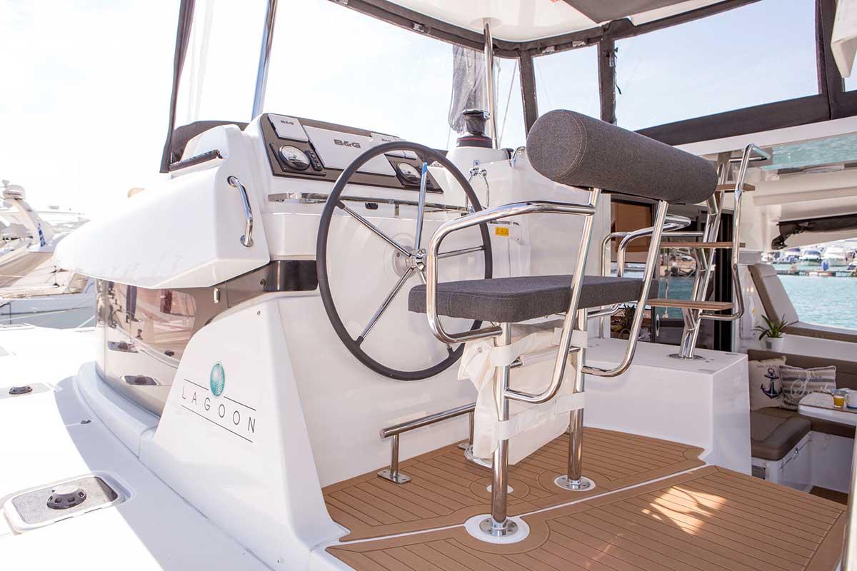 cockpit et barre du lagoon 42