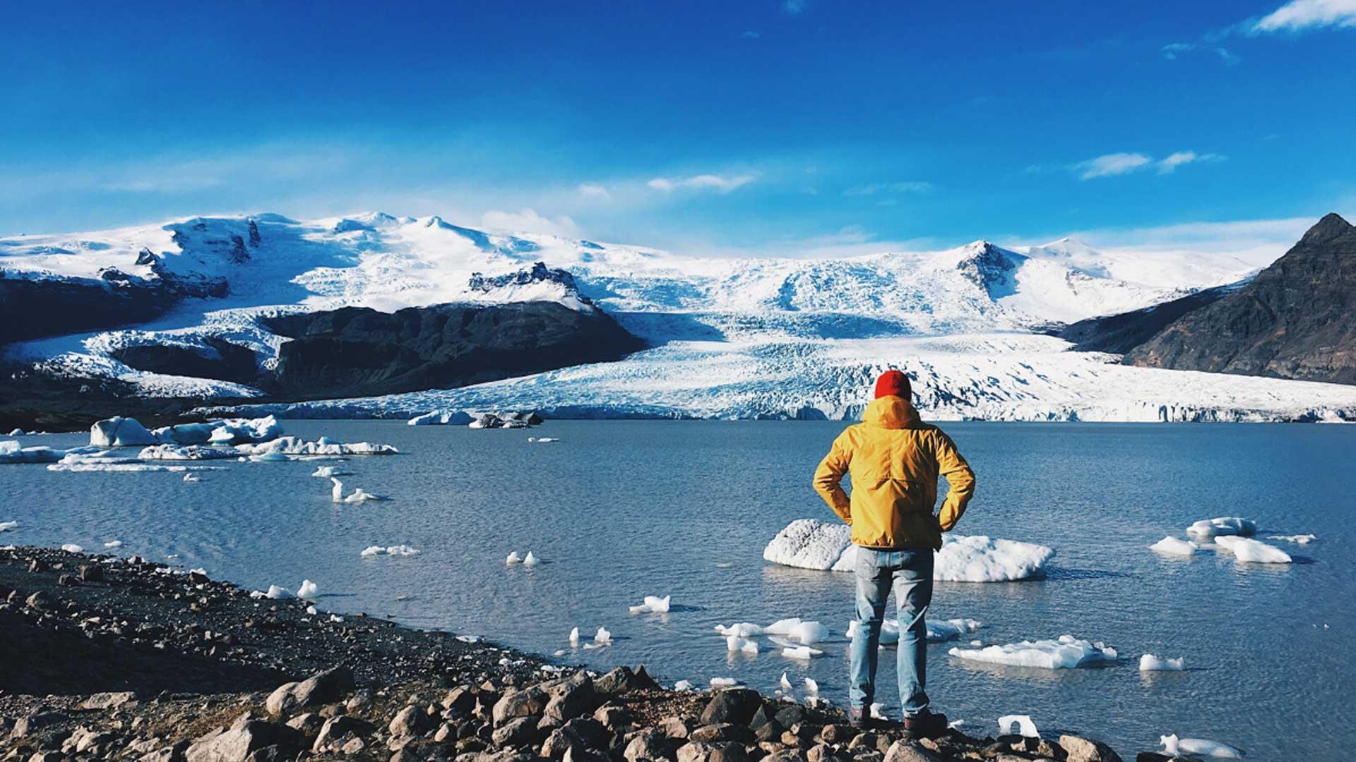 Homme devant lac arctique