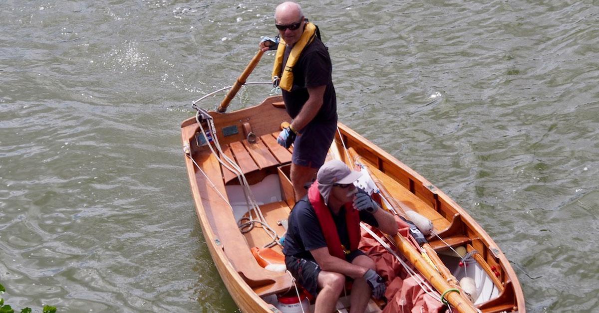 2 hommes navigant sur une godille