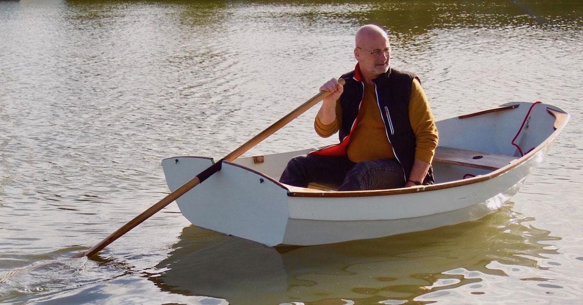 homme qui navigue avec une godille